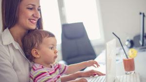 Mor og barn sidder bærbar computer