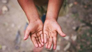 Nærfoto af barn, der rækker hænder frem